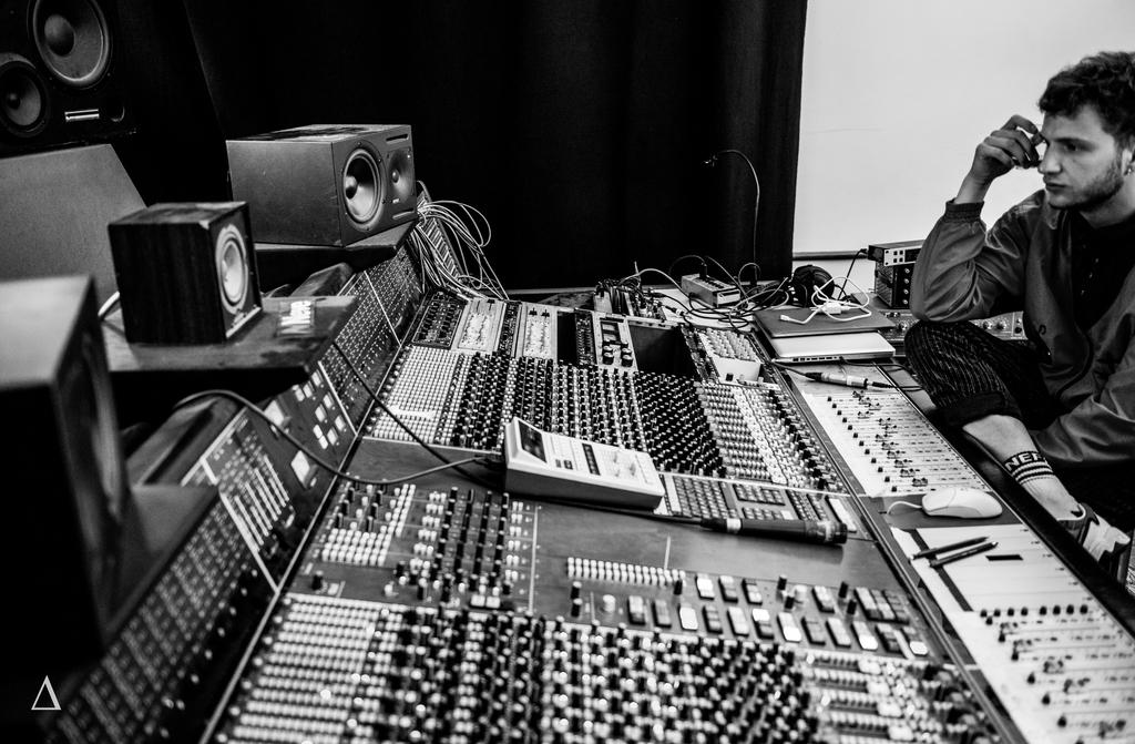 Apprenez et perfectionnez vos techniques de mixages dans l'environnement professionnel de notre partenaire : les studios de l'hacienda